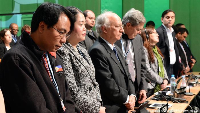 Die philippinischen Delegierten auf der Klimakonferenz in Warschau während einer Gedenkminute für die Opfer des Taifuns. (Foto:AFP PHOTO/JANEK SKARZYNSKI) (Photo credit should read JANEK SKARZYNSKI/AFP/Getty Images)