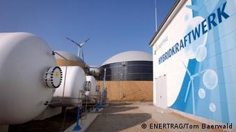 P2G-установка фирмы ENERTRAG: в здании справа осуществляется электролиз, в цистернах слева хранится водород