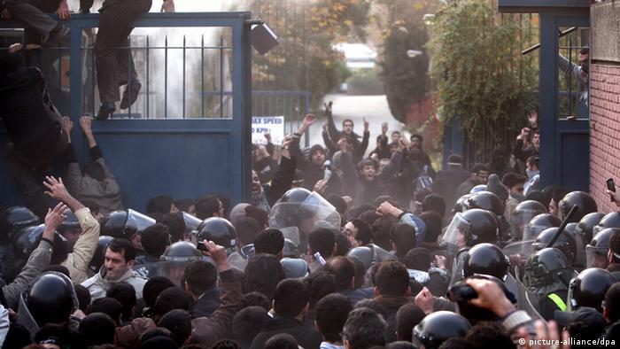 سفارت بریتانیا در تهران آذرماه ۹۰ مورد حمله نیروهای لباس شخصی قرار گرفت