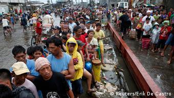Menschen in Tacloban stehen Schlange, um etwas Reis zu ergattern. (Foto: REUTERS/Erik De Castro)