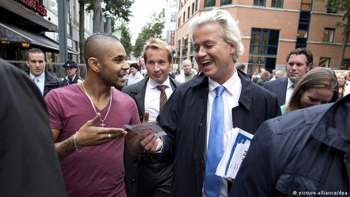 epa03867174 Dutch right-wing Party for Freedom (PVV) leader Geert Wilders (C) collect signatures against the government during his resistance tour in the center Heerlen, the Netherlands, 14 September 2013. According to the party there is a breakdown policy that the local economy hit hard. EPA/MARCEL VAN HOORN +++(c) dpa - Bildfunk+++