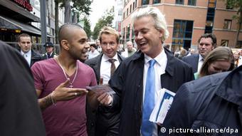 Geert Wilders, Chef der niederländischen Freiheitspartei im Gespräch mit Passanten in Heerlen im September 2013 (Foto: dpa)