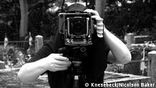 Tobias Wenzel hinter seiner Großformatkamera; Copyright: Knesebeck/Nicolson Baker (Aufnahme: Nicolson Baker)