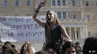 Οι Έλληνες αποδέχονται εν μέρει τις ευθύνες τους, αλλά ρίχνουν στον ξένο παράγοντα το μεγαλύτερο μέρος των σφαλμάτων