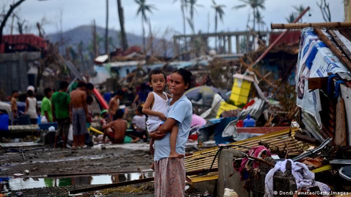 Eine Frau hält ein Kind auf der vom Tropensturm Haiyan verwüsteten philippinischen Insel Leyte. (Foto: Dondi Tawatao/Getty Images)