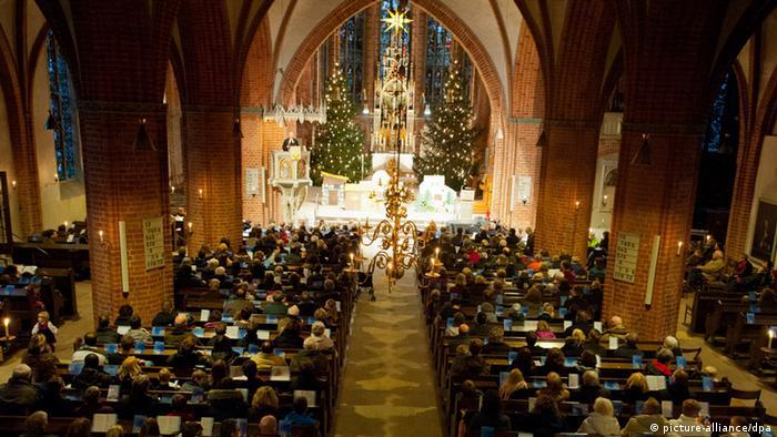 در شب کریسمس که نقطه اوج جشنها و مراسم مربوط به این روزهاست، بسیاری از شهروندان آلمان برای شرکت در مراسم دعا و نیایش به کلیسا میروند. در کلیسا به آوازها و آهنگهای نواخته شده و داستانهایی که از انجیل روخوانی میشوند، گوش میسپارند. گاهی بچهها در این شب روایت تولد مسیح را به روی صحنه میبرند.