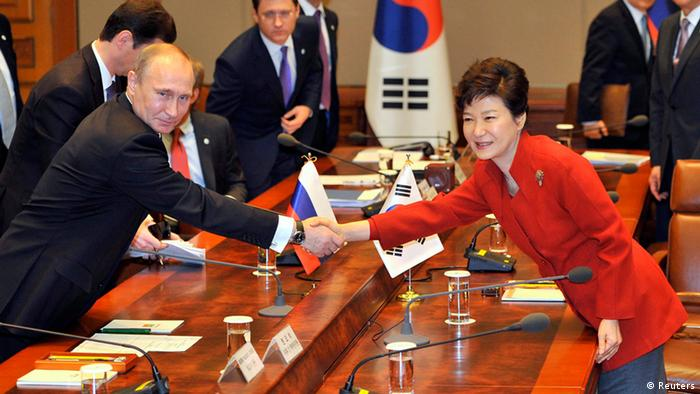 South Korean President Park Geun-hye (R) shakes hands with Russian President Vladimir Putin (L) during their meeting at the presidential Blue House in Seoul November 13, 2013. REUTERS/Jung Yeon-je/Pool (SOUTH KOREA - Tags: POLITICS)