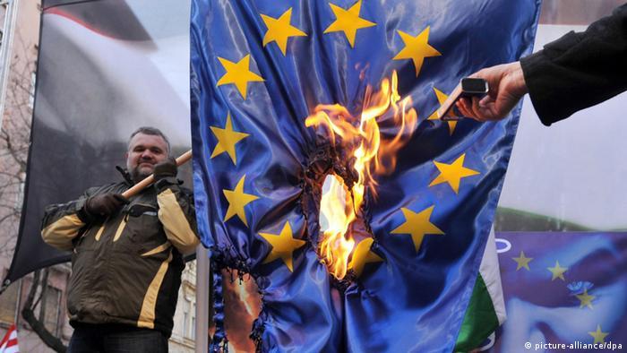 Elod Novak iz stranke Jobbik u akciji protiv EU 2012.