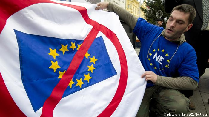 In Zagreb, Kroatien, zeigt ein Demonstrant bei Protesten ein Anti-EU Banner (Foto: picture alliance/ZUMA Press)