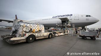 Arbeiter verladen auf dem Flughafen in Frankfurt am Main (Hessen) Hilfspakete für Opfer des verheerende Taifuns Haiyan auf den Philippinen in ein Flugzeug der Lufthansa. (Foto: Fredrik von Erichsen/dpa)
