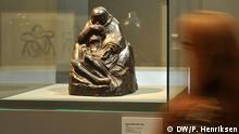 Missing sons - Verlorene Söhne - 8. November 2013 bis 23. Februar 2014, Bundeskunsthalle Bonn. ***Das Bild darf nur in Zusammenhang mit einer Berichterstattung über die Ausstellung verwendet werden*** Käthe Kollwitz (1867-1945), Pietà 1937/38 (Guss 1940-43), Zinklegierung. Käthe Kollwitz Museum, Köln. Foto DW/Per Henriksen 12.11.2013 #DW5_0559