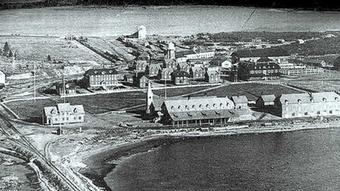 Die Ortschaft Port Menier auf Anticosti, Kanada, 1895 (Quelle 1895 - Henri Mernier - Anticosti Urheber Unknown) Urheber Unknown Genehmigung: Diese Bild- oder Mediendatei aus Kanada ist dort gemeinfrei in der Public Domain, weil einer der folgenden Gründe auf sie zutrifft: 1. sie unterlag dem Crown copyright der Regierungen des Commonwealth und wurde erstmals vor mehr als 50 Jahren veröffentlicht, oder sie unterlag nicht dem Crown copyright, und 2. sie ist eine Fotografie, die vor dem 1. Januar 1949 erstellt wurde, oder 3. der Urheber ist vor mehr als 50 Jahren verstorben.