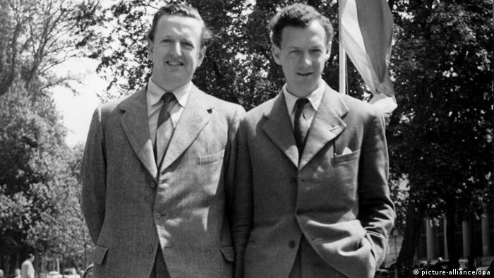 Benjamin Britten standing next to Peter Pears (c) picture-alliance / dpa