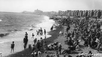 Holidaymakers on the beach at Lowestoft, Suffolk, circa 1910. (Photo by Hulton Archive/Getty Images)