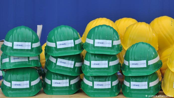 Каски бывших сотрудников RWE после сокращения рабочих мест