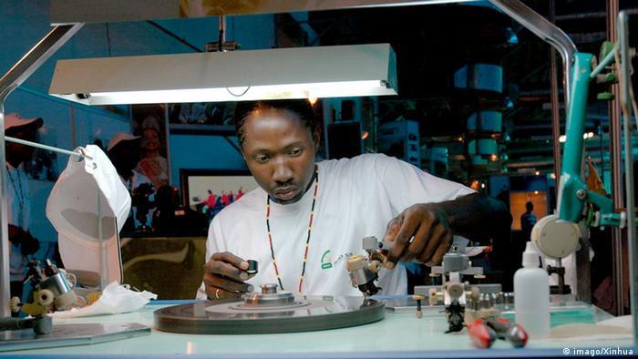 Um cortador de diamantes angolano