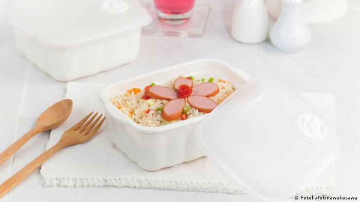 Салат из риса с сосисками