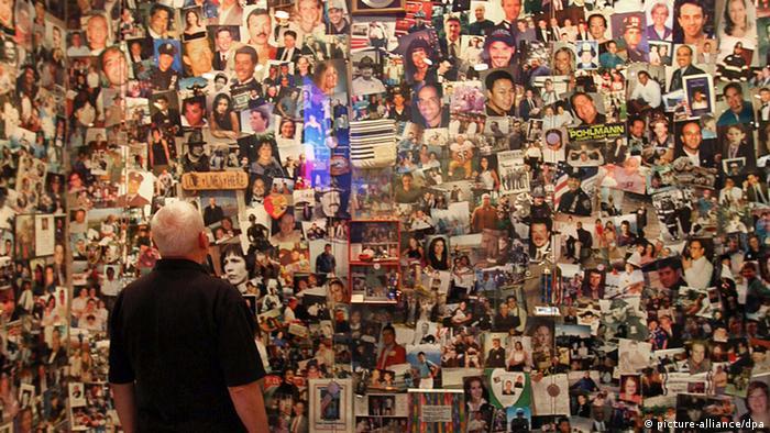 Ein Mann betrachtet Bilder von Opfern des Terroranschlags vom 11. September in einem Besucherzentrum in New York