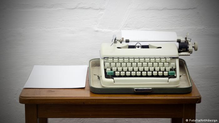 Symbolic photo of a typewriter on a desk inside a jail cell Photo: Fotolia/ArtHdesign