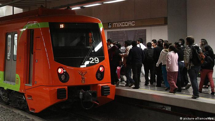 People use the new Line 12, or Gold Line, of the Mexico City subway 'el metro' in Mexico City, Mexico, 30 October 2012. (Photo: EPA/ALEX CRUZ)