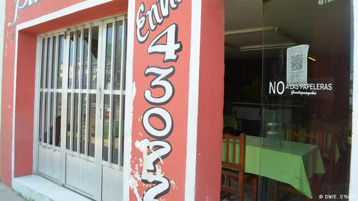"""The sign on this pizzería's door reads, """"No paper mills."""" (Photo: DW, Eilis O'Neill)"""
