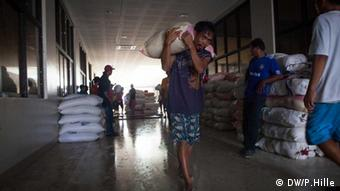Die Insel Leyte wurde besonders schwer getroffen vom Taifun Haiyan. Fast eine Woche nach dem Sturm sind dort noch immer tausende Menschen ohne Strom und Trinkwasser. An einigen Orten gibt es jedoch Hoffnungszeichen. Hauptstraße von Meria Foto: Peter Hille DW 14.11.2013