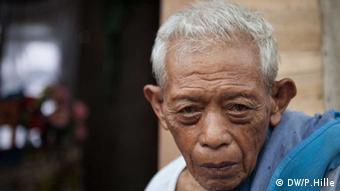 Die Insel Leyte wurde besonders schwer getroffen vom Taifun Haiyan. Fast eine Woche nach dem Sturm sind dort noch immer tausende Menschen ohne Strom und Trinkwasser. An einigen Orten gibt es jedoch Hoffnungszeichen. Roberto Rome Merida hat seine Frau verloren. Foto: Peter Hille DW 14.11.2013