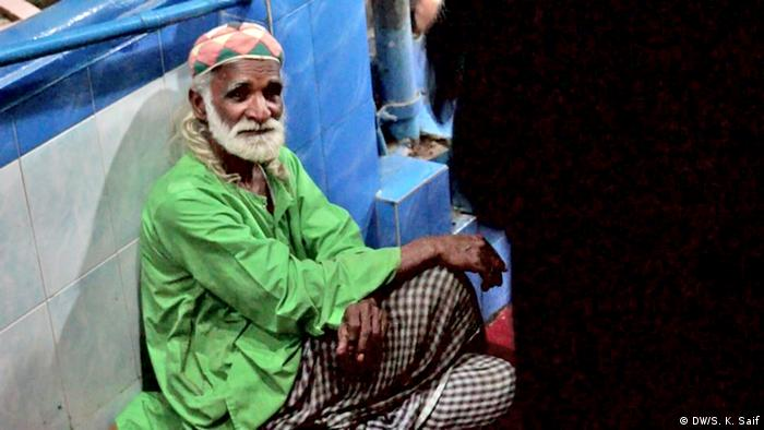 An old man siting on the stairs of saint Abdullah Shah Ghazi shrine in Karachi (Photo: DW/Shadi Khan Saif)