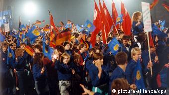 Mitglieder des DDR-Jugendverbandes Freie Deutsche Jugend (FDJ) bei den Feiern zu 40 Jahre DDR (Foto: picture-alliance/dpa)