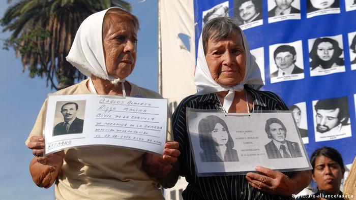 روسری سپید نماد آنان است؛ نماد مادرانی که از سال ۱۹۷۷ بدینسو همواره در میدان مایو در شهر بوئنوس آیرس گرد هم میآیند. آنان از نظامیان پیشین و هم اکنون از مقامهای رسمی دولت آرژانتین جویای سرنوشت فرزندان مفقودشده خود هستند. در دوران دیکتاتوری نظامی در آرژانتین حدود ۱۵ هزار نفر ناپدید شدند؛ گمشدگانی که دستگیر و شکنجه شدند و سرانجام به قتل رسیدند.