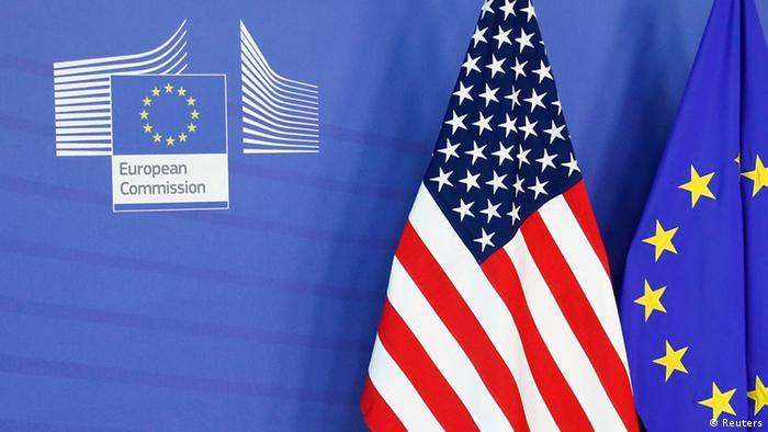 Fahnen der EU und der USA in der Europäischen Kommission (Foto: Reuters)