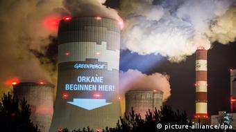 HANDOUT - Mit einer Projektion auf einen Kühlturm des Kohlekraftwerks in polnischen Belchatow weisen Greenpeace-Aktivisten am 09.11.2013 auf den Klimawandel hin. Foto: Greenpeace dpa (ACHTUNG REDAKTIONEN: Nur zur redaktionellen Verwendung im Zusammenhang mit der aktuellen Berichterstattung und Nennung des Urhebers - zu dpa: «UN-Klimakonferenz in Warschau - Experten drängen zur Eile» vom 10.11.2013) +++(c) dpa - Bildfunk+++