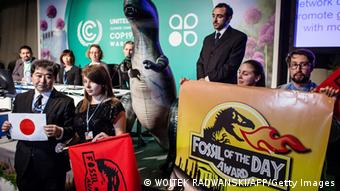 POLAND-UN-CLIMATE-WARMING-ENVIRONMENT-JAPAN Bildunterschrift: Action Network (CAN) activist is seen during CAN press conferance at United Nations Climate Change COP19 as she announces that Fossil of the Day Award goes to Japan in reaction after Japan decision to slashing its goal for reducing climate-altering carbon emissions during CAN press conferance at United Nations Climate Change COP19, on November 15, 2013 in Warsaw. Europe and the world's small island nations reacted with dismay, and green groups with fury, after Japan on Friday slashed its goal for curbing carbon emissions. AFP PHOTO WOJTEK RADWANSKI (Photo credit should read WOJTEK RADWANSKI/AFP/Getty Images) Erstellt am: 15 Nov 2013