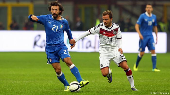 Andrea Pirlo (l.) im Duell mit Mario Götze (r.) (Foto: Martin Rose/Bongarts/Getty Images)