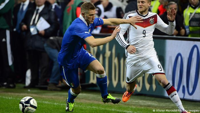 André Schürrle (r.) im Duell mit Ignazio Abate (Foto: OLIVIER MORIN/AFP/Getty Images)