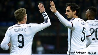 Germany's defender Mats Hummels (R) celebrates with Germany's midfielder Andre Schurrle after scoring during the FIFA World Cup friendly football match Italy vs Germany on November 15, 2013 at the San Siro stadium in Milan. AFP PHOTO / OLIVIER MORIN