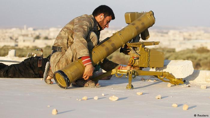 A fighter from the Tawhid Brigade, which operates under the Free Syrian Army, prepares an anti-tank missile in Aleppo, November 14, 2013. REUTERS/Molhem Barakat (SYRIA - Tags: POLITICS CIVIL UNREST CONFLICT)