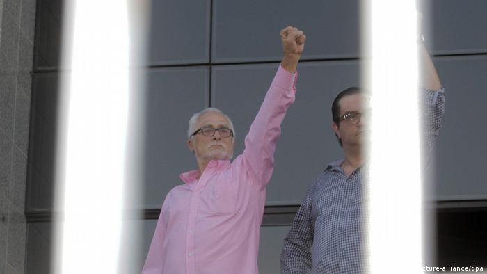 José Genoino em novembro de 2013, quando se entregou à polícia para iniciar o cumprimento da pena