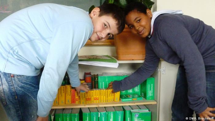 Intensivklassen - Der wichtigste Schrank: Wörterbücher in zwölf verschiedenen Sprachen gibt es an der Sophienschule (DW/A. Brockdorff)
