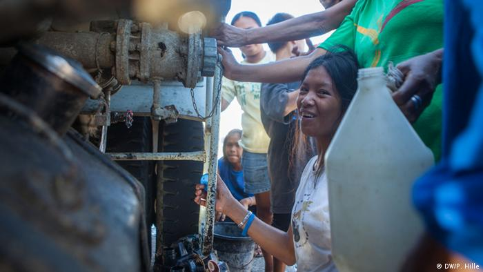 Water delivery to the town of Malbago, Philippines (Photo: Peter Hille DW)