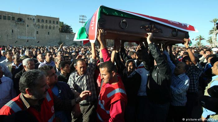 Libyans carry the coffin of a victim during a funeral procession for protesters killed in a demonstration in Tripoli, Libya, 16 November 2013. At least 27 people were killed and more than 235 injured when gunmen opened fire on 15 Novembe, in Tripoli on protestors who were demanding an end to the presence of armed militias in the Libyan capital. Photo: dpa
