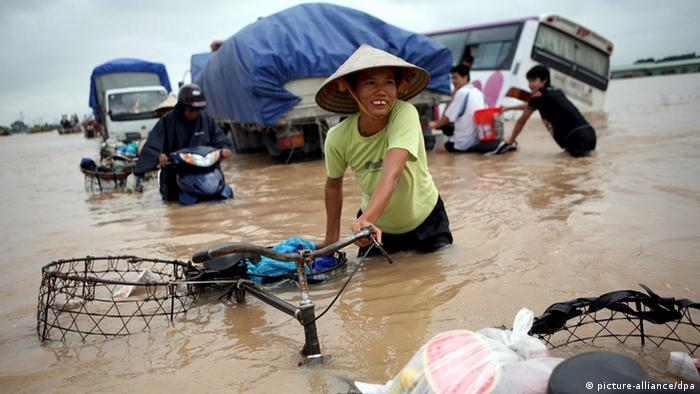 Hochwasser in Hanoi Vietnam (picture-alliance/dpa)