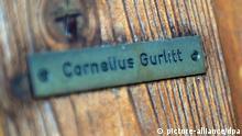 ARCHIV - Das Namensschild von Cornelius Gurlitt ist am 05.11.2013 an der Tür zum Haus von Gurlitt in Salzburg (Österreich) zu sehen. Der Besitzer des Münchner Kunstschatzes, Gurlitt, will alle Bilder behalten. «Freiwillig gebe ich nichts zurück», sagte der 80-Jährige dem «Spiegel» vom 18.11.2013. Gurlitt wies die Vorwürfe gegen ihn zurück. Die gut 1400 Kunstwerke, die in seiner Wohnung sichergestellt wurden, habe sein Vater rechtmäßig erworben. Foto: BARBARA GINDL/dpa (zu dpa 0055 vom 17.11.2013) +++(c) dpa - Bildfunk+++
