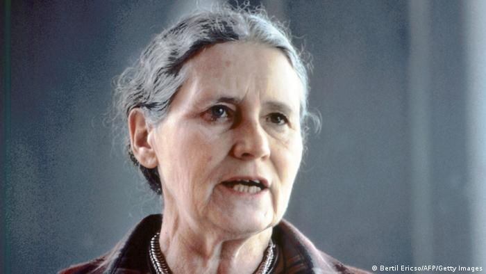 A gray-haired Doris Lessing speaks with a serious expression in front of a gray backdrop. Photo: BERTIL ERICSON