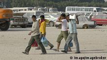 Bildnummer: 58098997 Datum: 18.01.2012 Copyright: imago/imagebroker Gastarbeiter kommen vom Einkaufen, Doha, Qatar, Vereinigte Arabische Emirate, Vorderasien x0x xkg 2012 quer am arabisch arabische arabischer arabisches außen Außenaufnahme Ausländer Auslaender aussen Aussenaufnahme Aussenaufnahmen bei Doha draußen draussen ein Einkaufen einkaufend einkaufende einkaufender einkaufendes Emirate Gastarbeiter Katar kaufen kauft kommen Leute Mensch Menschen Person Personen Qatar Tag Tage Tageslicht tagsüber tagsueber VAE Vereinigte vom Vorderasien 58098997 Date 18 01 2012 Copyright Imago image broker Guest workers come of Shopping Doha Qatar United Arab Emirates Asia x0x xkg 2012 horizontal at Arab Arab Arabian Arabic exterior Outside view Foreigners Foreigners exterior Outside view Outside at Doha outside outside a Shopping einkaufend purchasing einkaufender by purchasing Emirates Guest workers Qatar Purchase buying come People Man People Person People Qatar Day Days Daylight during the day during daytime UAE United of Asia