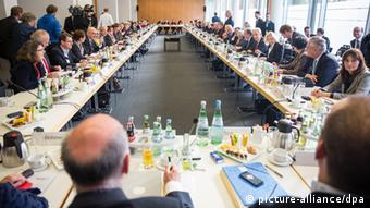 A view of the coalition talks with the large number of participants sitting at a square table. Ohoto: Hannibal/dpa pixel