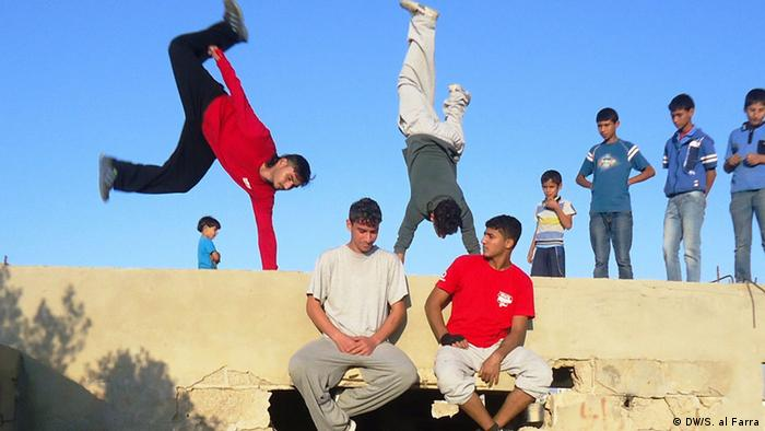 Gaza Parkour) performance of various impressive atmosphere. Photo title: Parkour team mastered Gaza game professionally gestures and skip the high walls and very quick leaps into the air several meters, imprisoned scene breath watched. Place and Date: Gaza- khan younis- 16-11- 2013. Photographer: DW/ Shawgy al Farra/ Korrespondent der arabischen Redaktion in Gaza