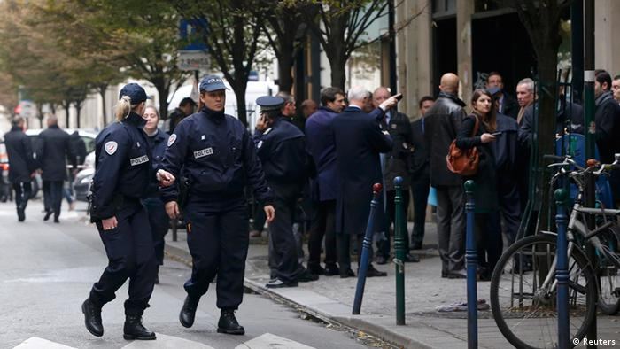 French police officers cordon the area next to newspaper Liberation's headquarters in Paris, November 18, 2013. An assailant opened fire at the central Paris office of left-wing daily newspaper Liberation on Monday, injuring seriously one person before fleeing, a police official said. REUTERS/Gonzalo Fuentes (FRANCE - Tags: CRIME LAW MEDIA)