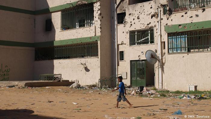 Boy running through rubble  Copyright: Karlos Zurutuza, DW, Tripoli, Nov. 2013
