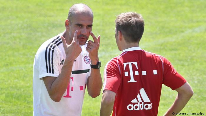 Una conversación importante para Alemania en el Mundial Brasil 2014: Pep Guardiola instruye a Philipp Lahm.